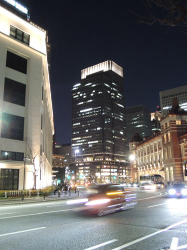 東京駅と郵便局の間から