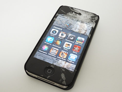 地面に落ちたiPhone 4S