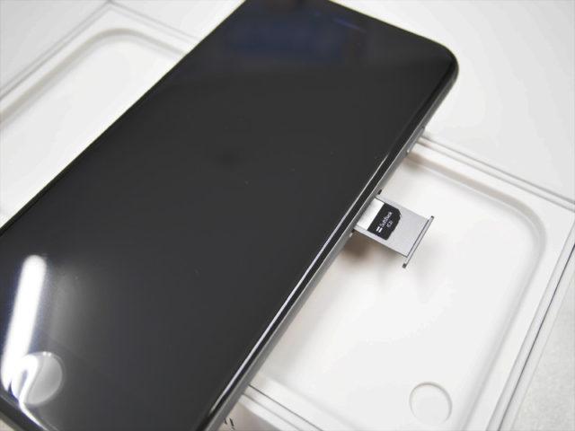 iPhone 6sにSIMカードを挿入
