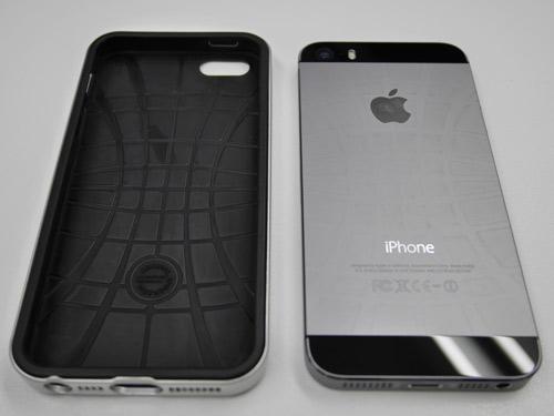 背面にバスケットボールのような模様が付いたiPhone 5s