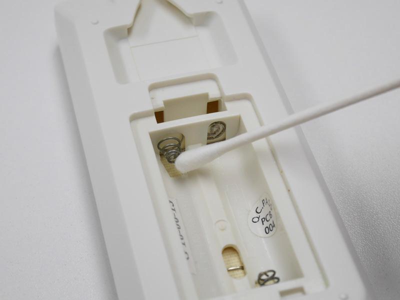 リモコン裏の金属板に接点復活剤を塗る